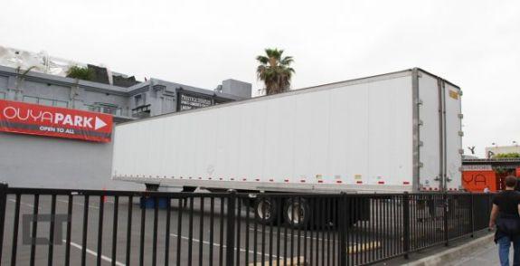 Caminhões estacionados bloqueiam a visão do estande do Ouya para quem chega à E3